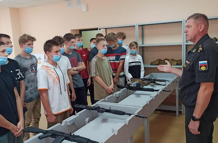 25 юношей из Большого Камня успешно обучили навыкам обороны в первую смену центра «Авангард» в Приморье